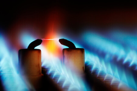 Ein Lichtbogen inmitten einer Gasflamme