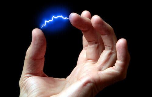 Blauer Plasmabogen zwischen zwei Finger