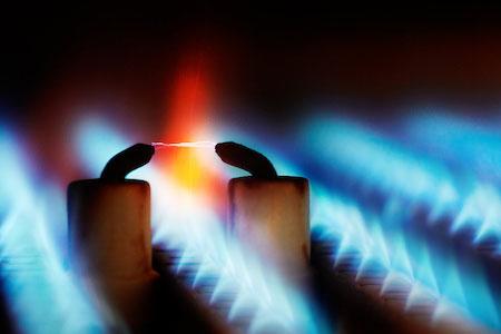 Ein Lichtbogen inmitten blauer Gasflammen